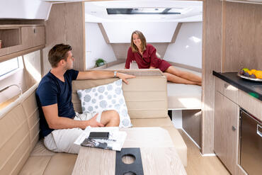 Sealine S330v cabina armatore | Puoi ordinare il tuo yacht con o senza paratia tra il salone e la cabina di prua. | Sealine