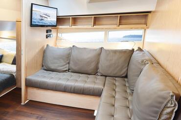 Sealine S330v salone | Una volta dentro, ti rendi conto del motivo per cui gli interruttori della luce sono usati raramente su questa barca prima del tramonto. | Sealine