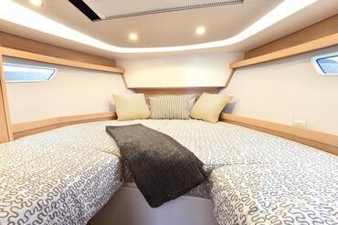 Sealine S330v cabina ospiti | Le grandi finestre dello scafo e gli ostriggi aggiuntivi forniscono un'abbondante luce naturale. | Sealine