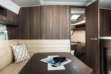 Sealine S330v salone | Porta lo spirito di libertà dell'oceano verso l'interno: il voluminoso spazio vitale lo rende possibile. | Sealine