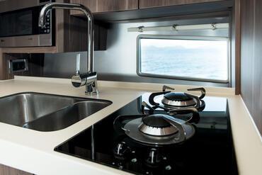 Sealine S330v cucina | Dettaglio della cucina | Sealine