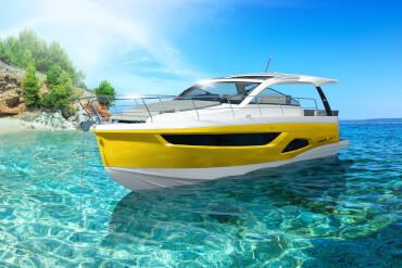 Tropikal şnorkelli yüzme yeri sahilinde demirli Alman yapımı motorlu yat
