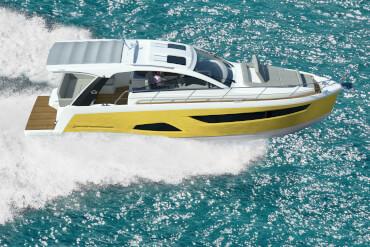 Açık suda hız yapan şık sürat teknesi