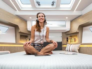Sealine S430 Eignerkabine | Mit natürlichen Lichtquellen auf allen Seiten und in der Decke wird die Eignerkabine bestimmt einer Ihrer Lieblingsplätze an Bord sein. | Sealine