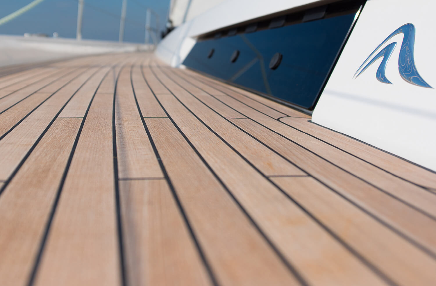Hanse_Teak-on-side-deck.jpg