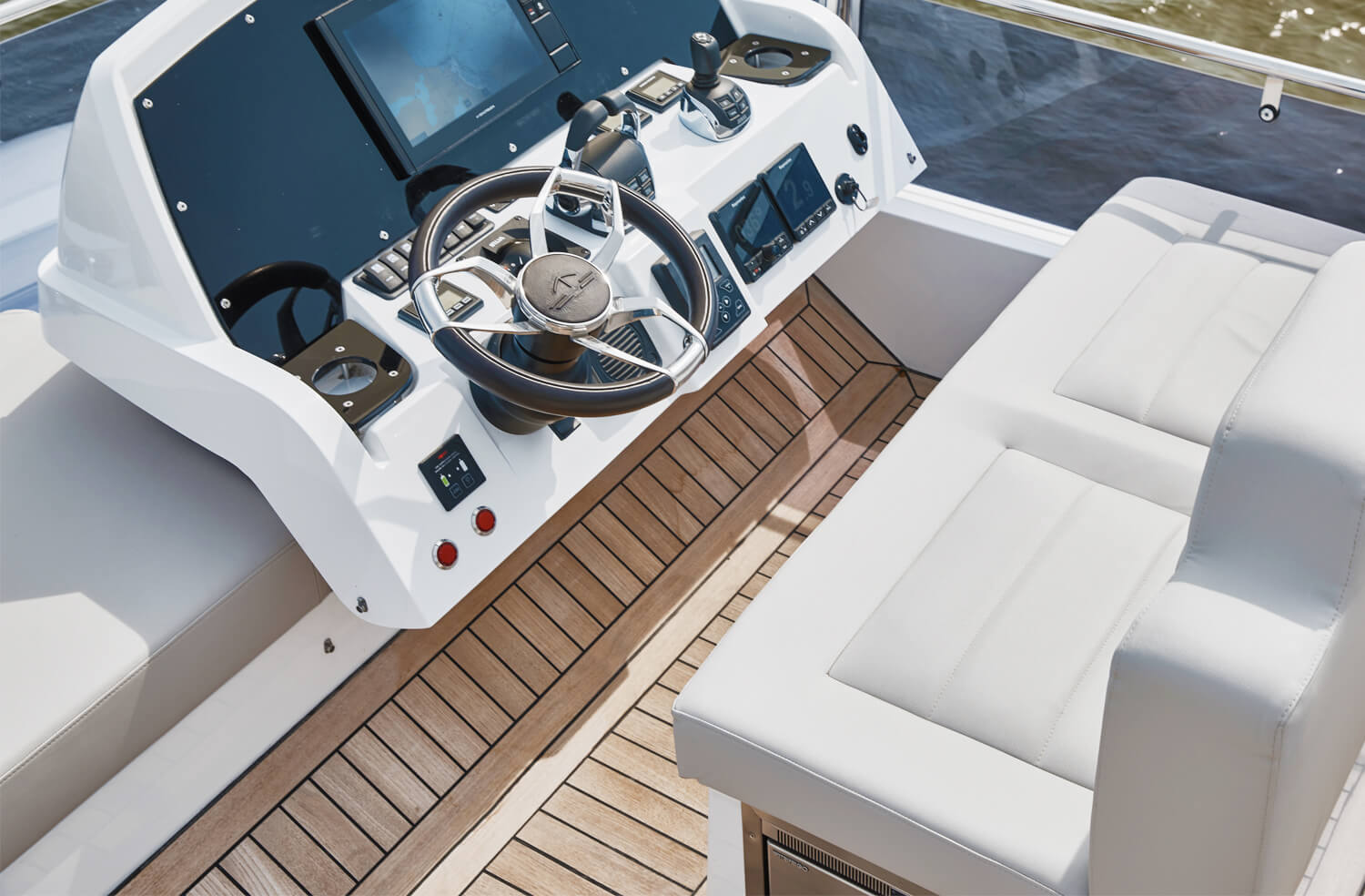 Sealine_Teak_on_Flybridge.jpg