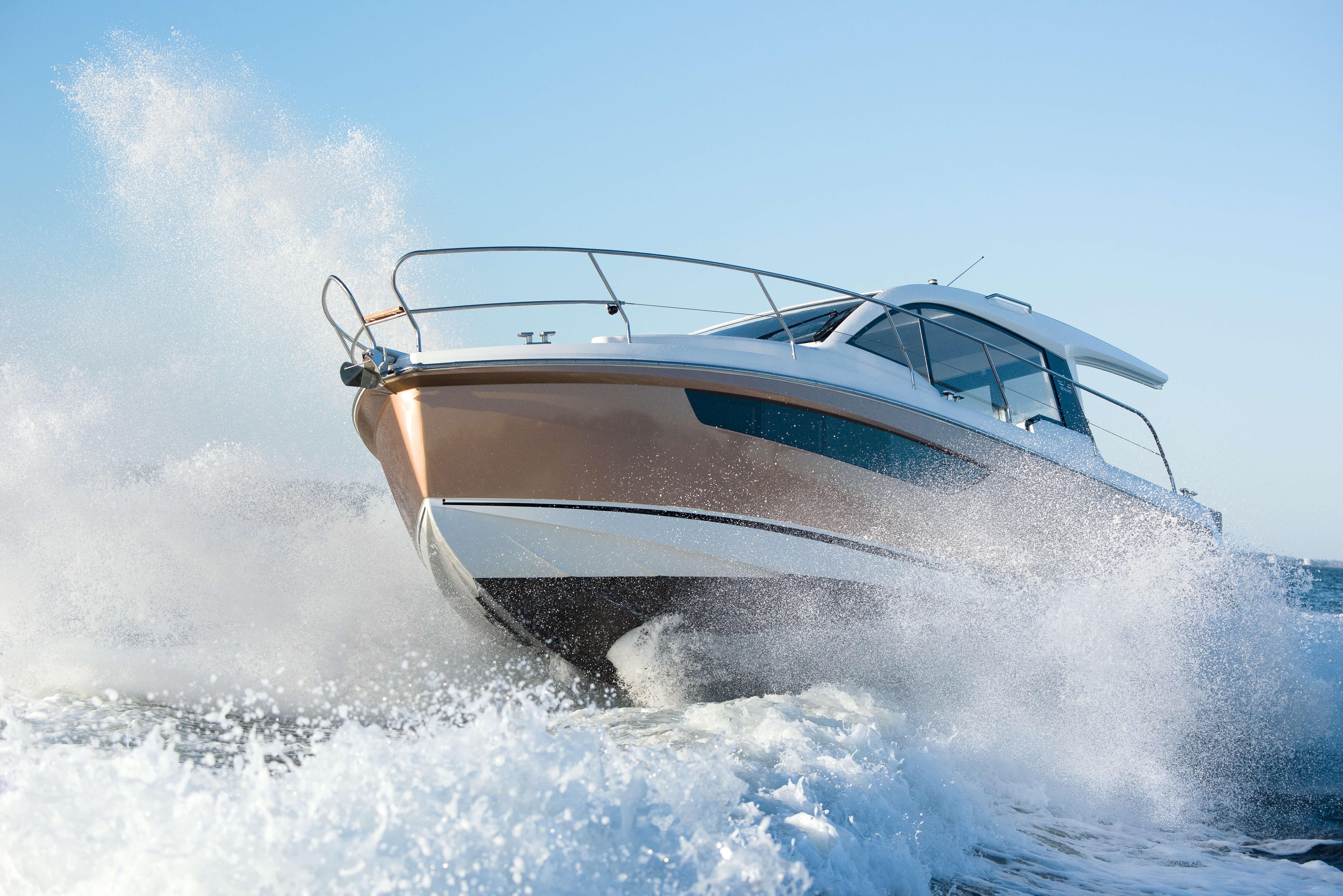 Sealine C330 Außenansicht | Die üppige Außenstruktur verspricht eine beschwingte Reise auf jeder Seemeile, die Sie zurücklegen. | Sealine