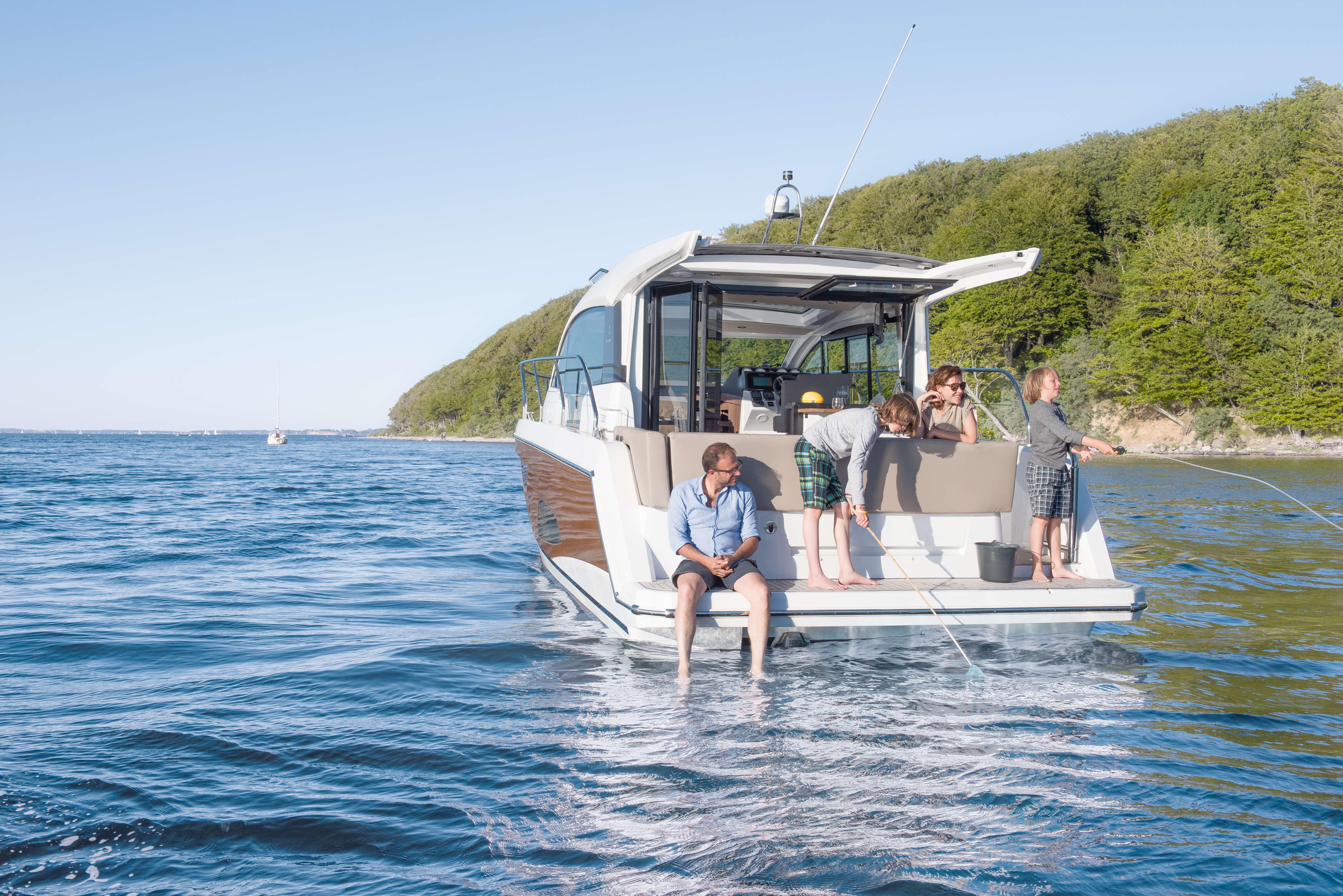 Exterior at anchor | rear, bathing platform | Sealine