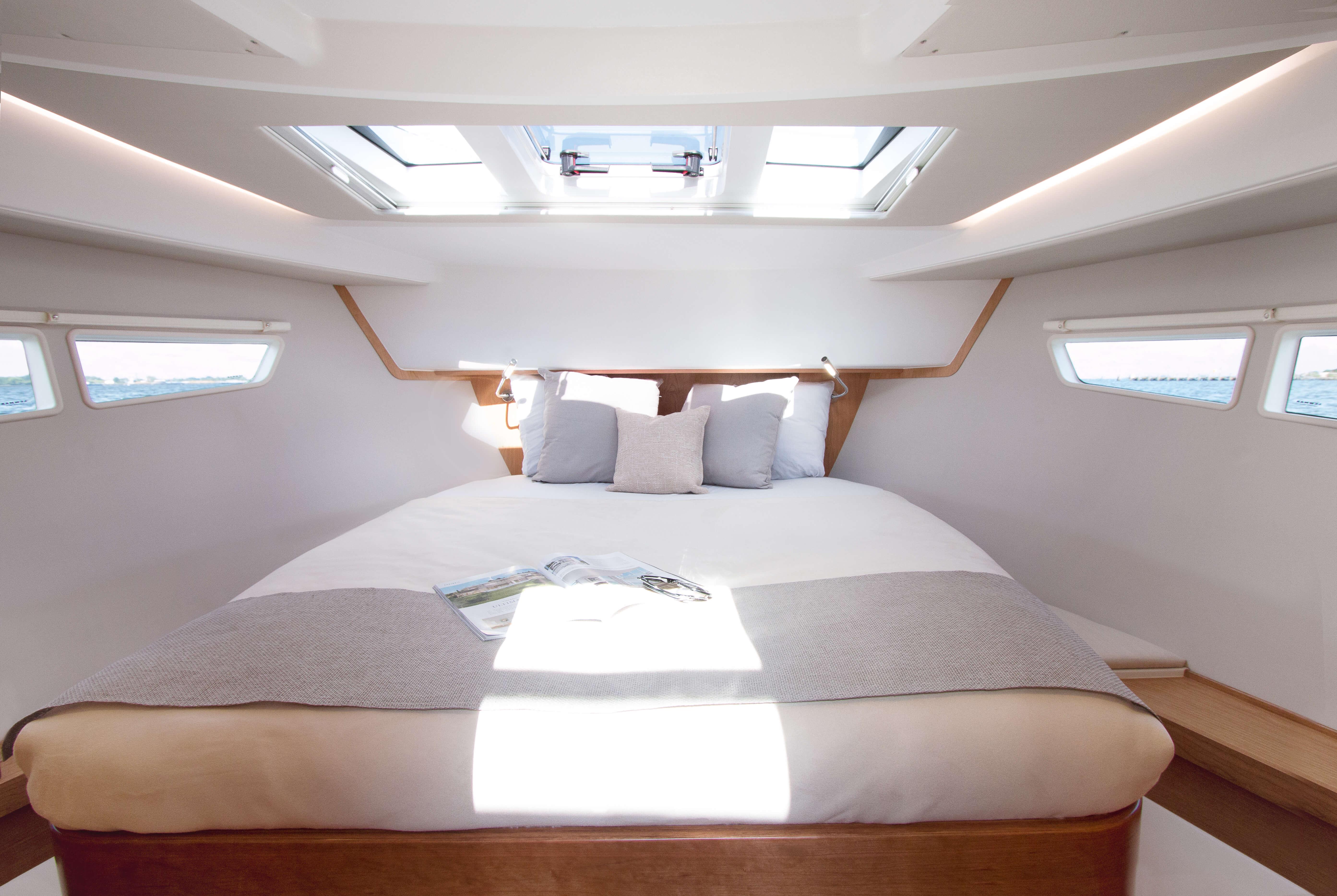 Sealine C330: Interior