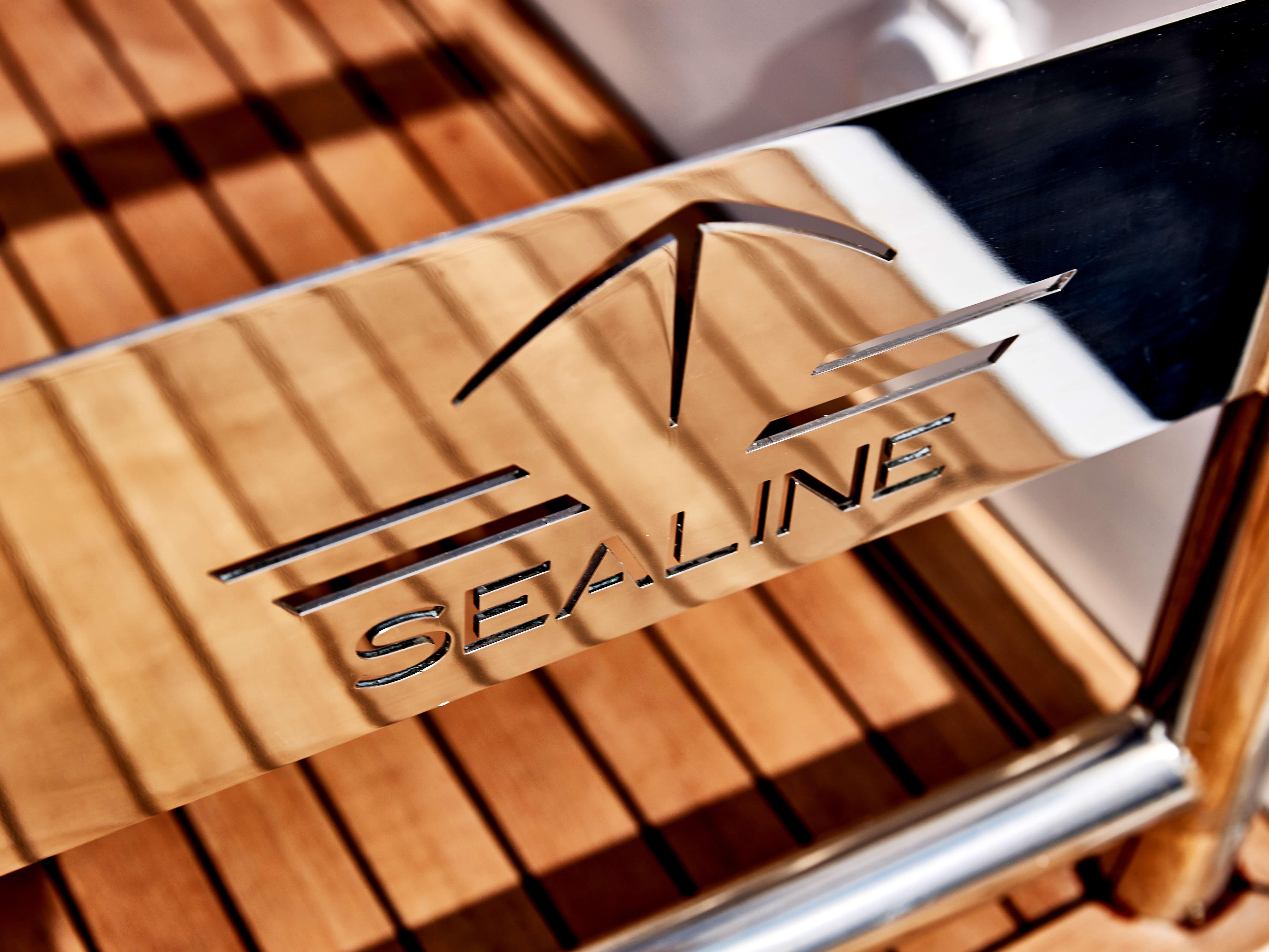 Sealine C330v: Exterior