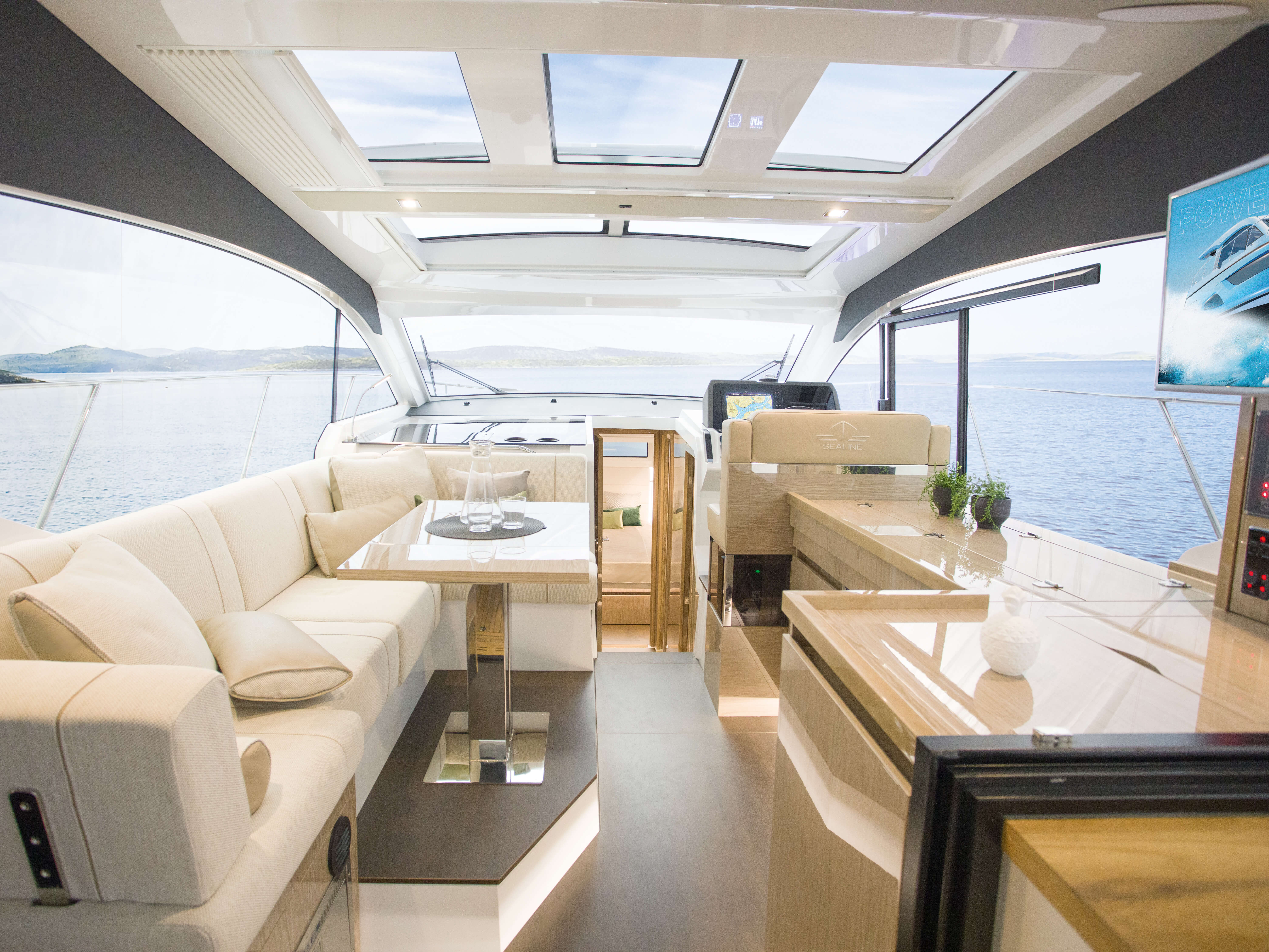 Sealine C390: Interior