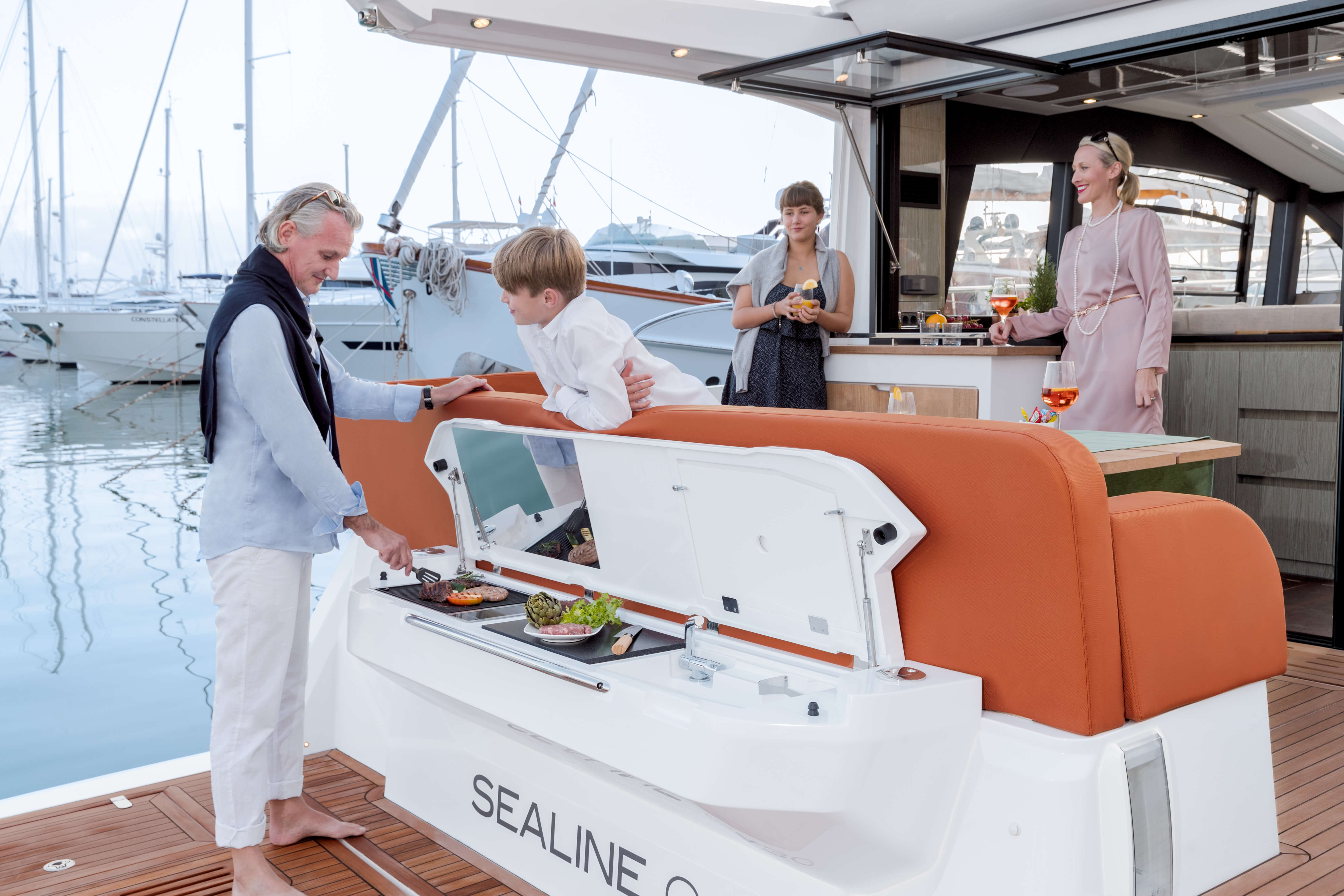 Sealine C430 | Electric grill, furniture with sink, light and worktop, at stern | Sealine
