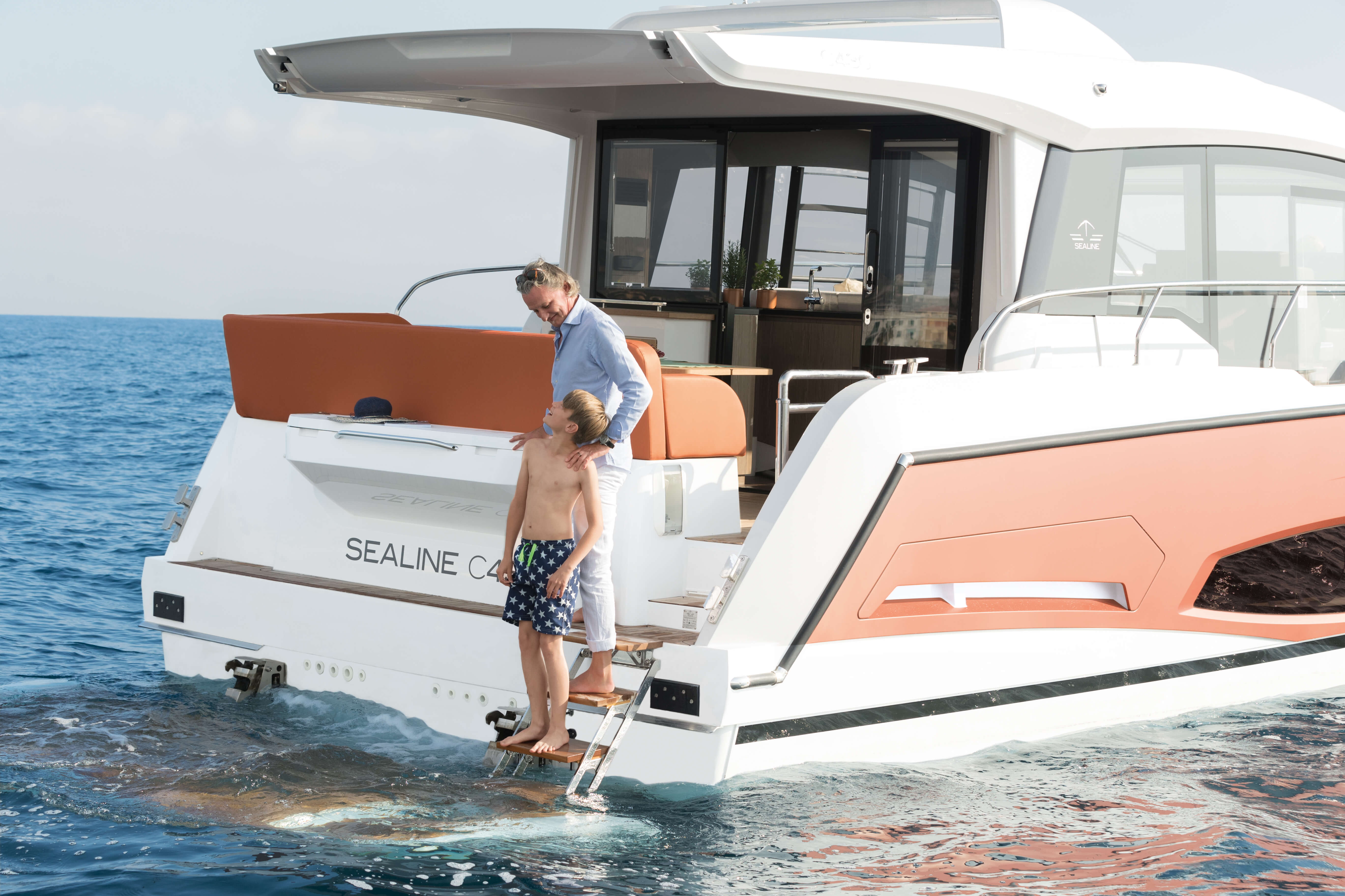 Sealine C430 | Exterior rear view with High/Low movable bathing platform with retractable ladder | Sealine