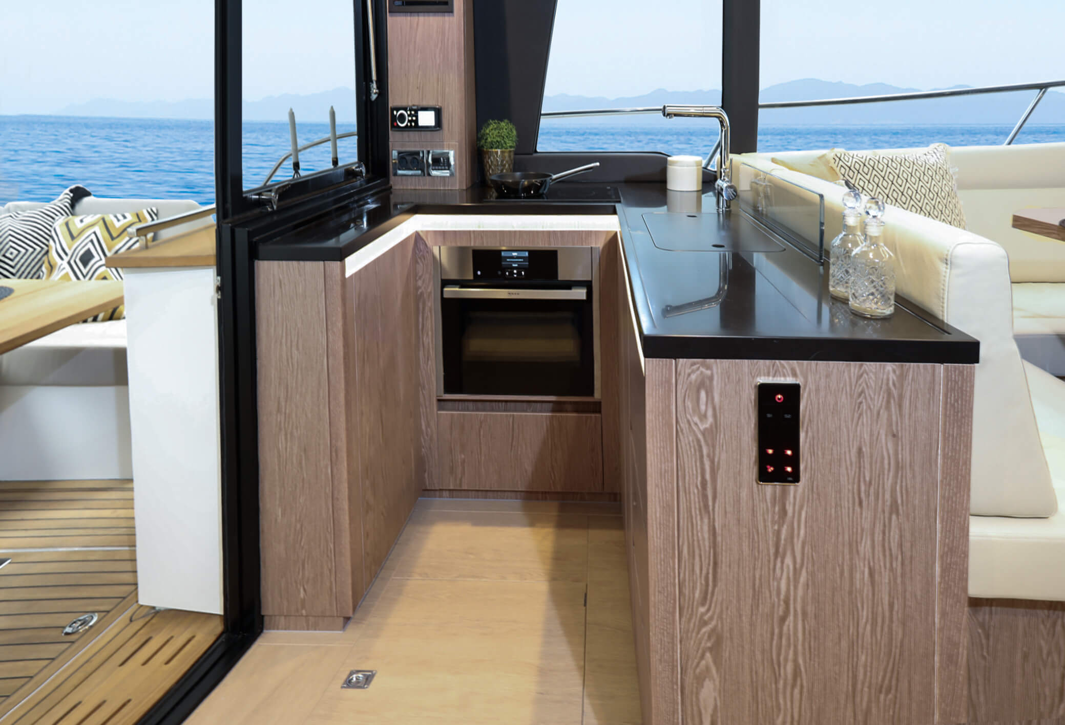 Sealine F430 Iç mekan görünümü | Galley with stowage, fridge with freezer compartment, Electric cooktop with 2-rings, Electric oven with microwave function and sink. | Sealine