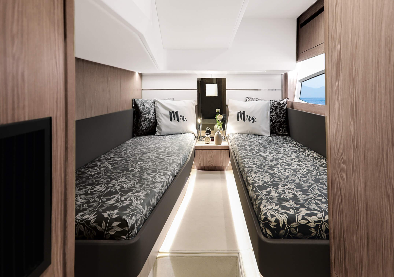Sealine F430 Iç mekan görünümü | Portside cabin with twin berth, wardrobe, bedside tables and direct access to heads. | Sealine