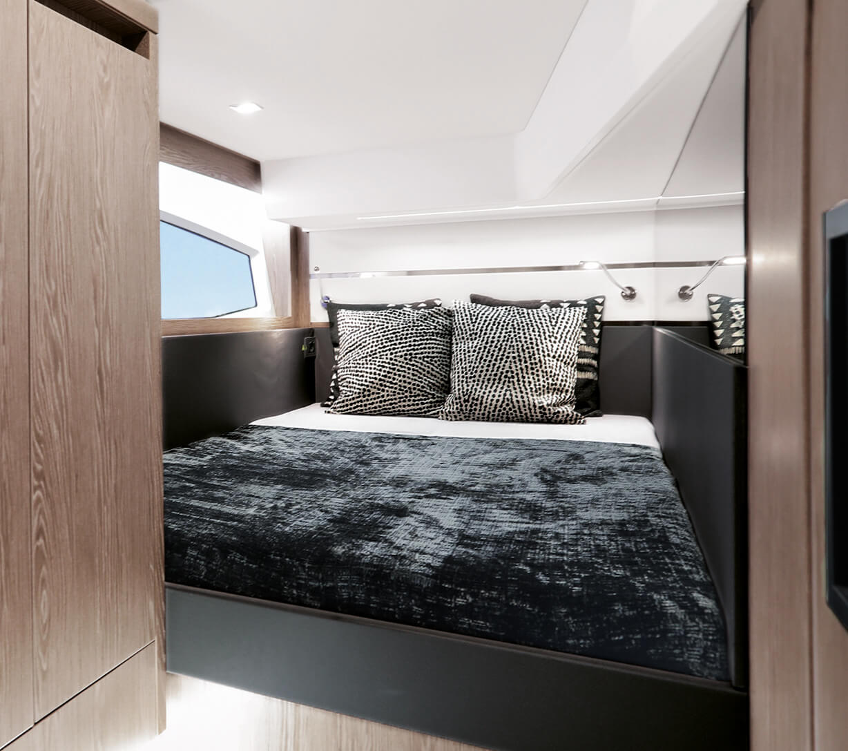 Sealine F430 Interno vista | Starboard cabin with double berth and wardrobe | Sealine