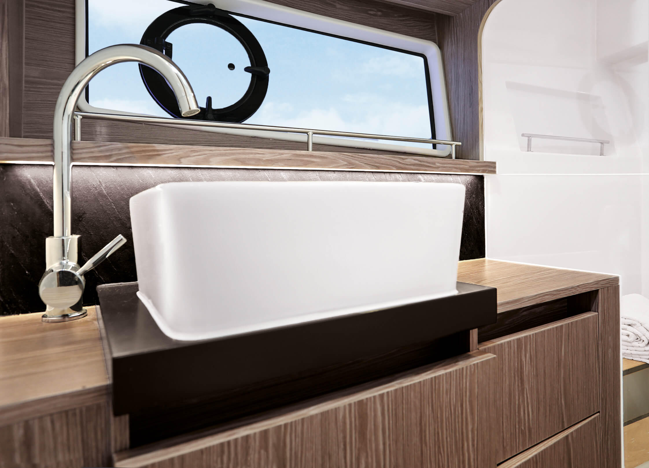 Sealine F430 Interno vista | Fully equipped head with separate shower stall with handheld shower, and comfort seat with wood cover. | Sealine