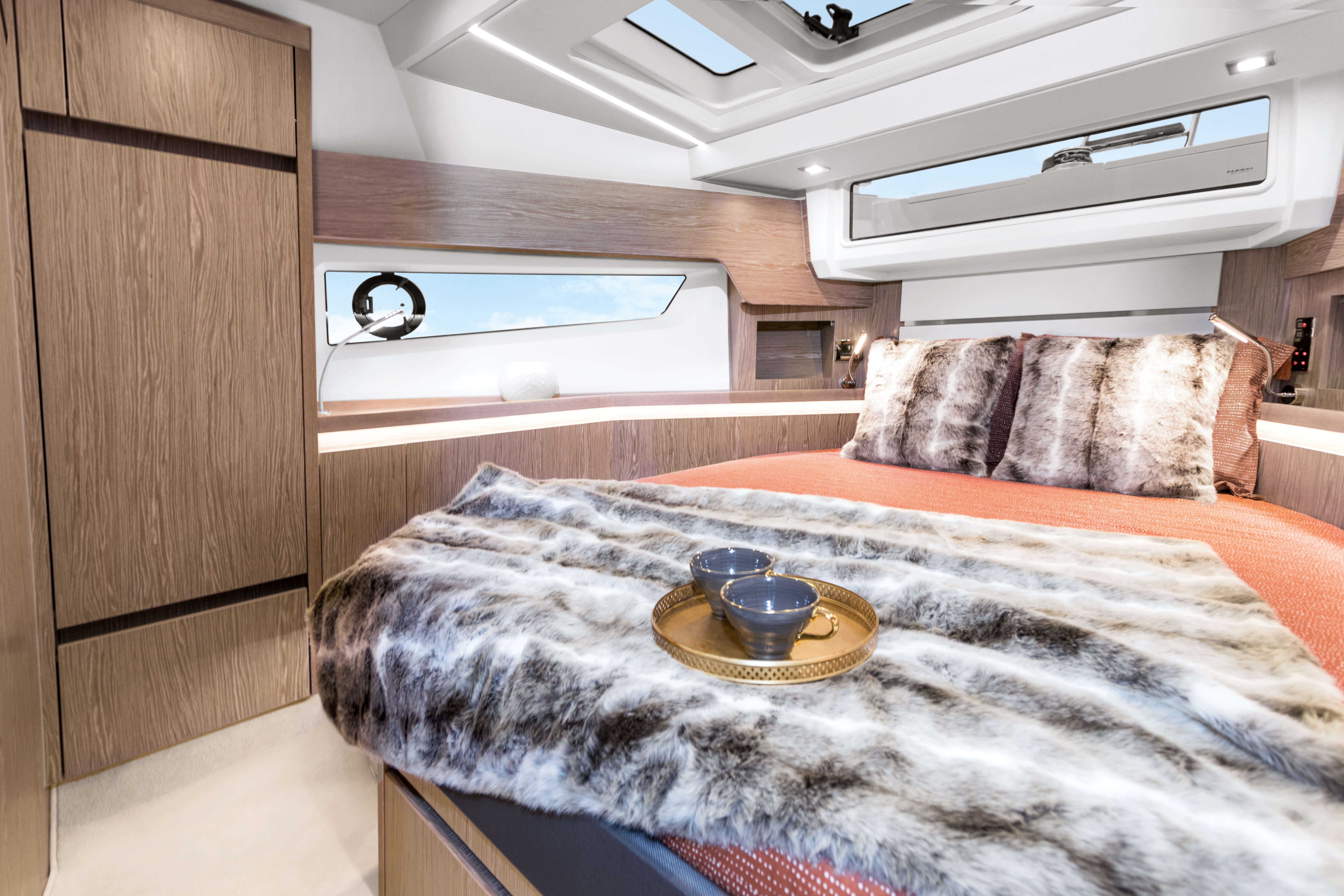 Sealine F430 Intérieur vue | VIP cabin with double berth, 2 wardrobes and sideboards with stowage and two bedside tables. 1 drawer underneath the bed. 3 Skylights, one openable. | Sealine