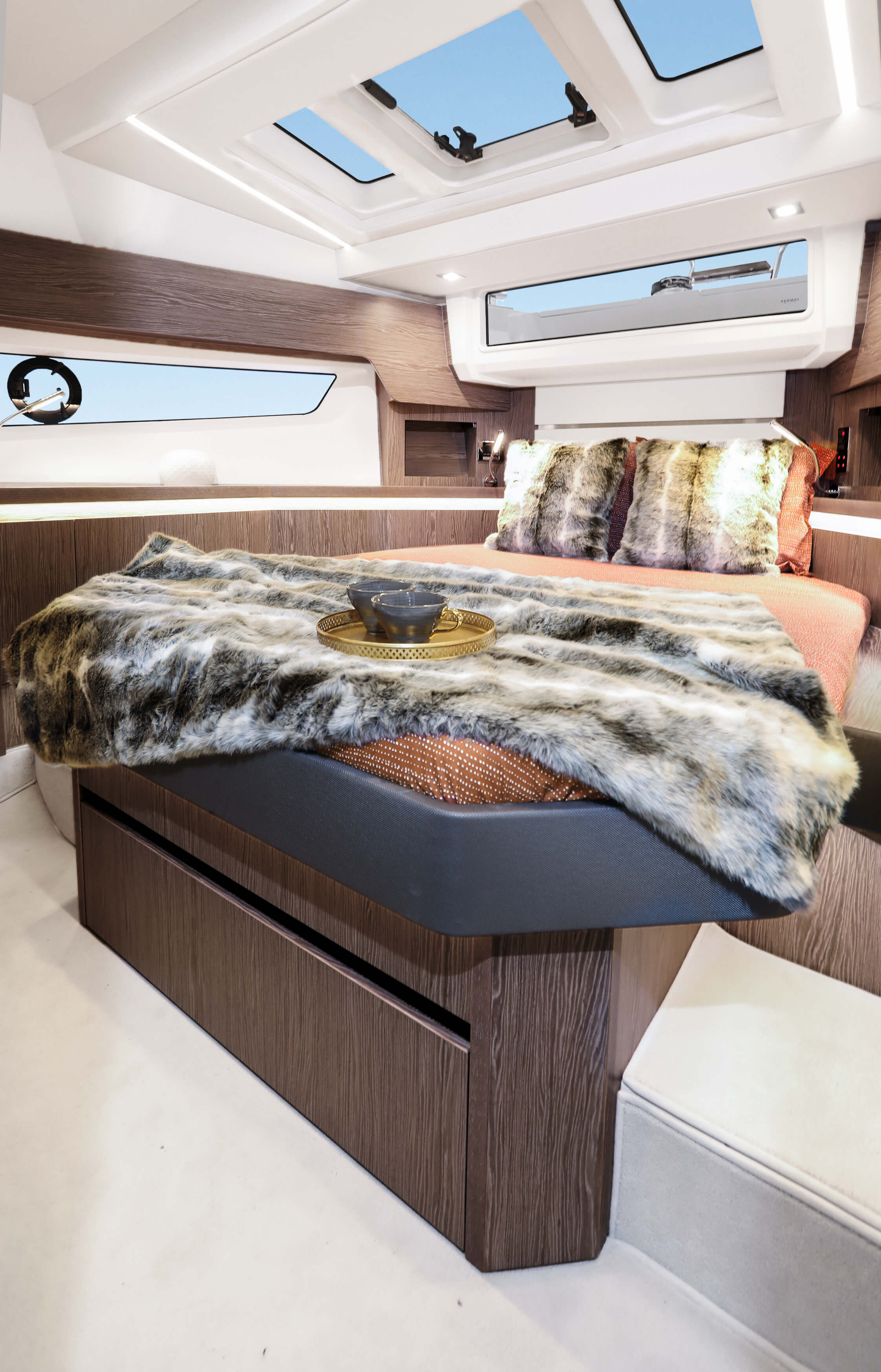 Sealine F430 Iç mekan görünümü | VIP cabin with double berth, 2 wardrobes and sideboards with stowage and two bedside tables. 1 drawer underneath the bed. 3 Skylights, one openable. | Sealine