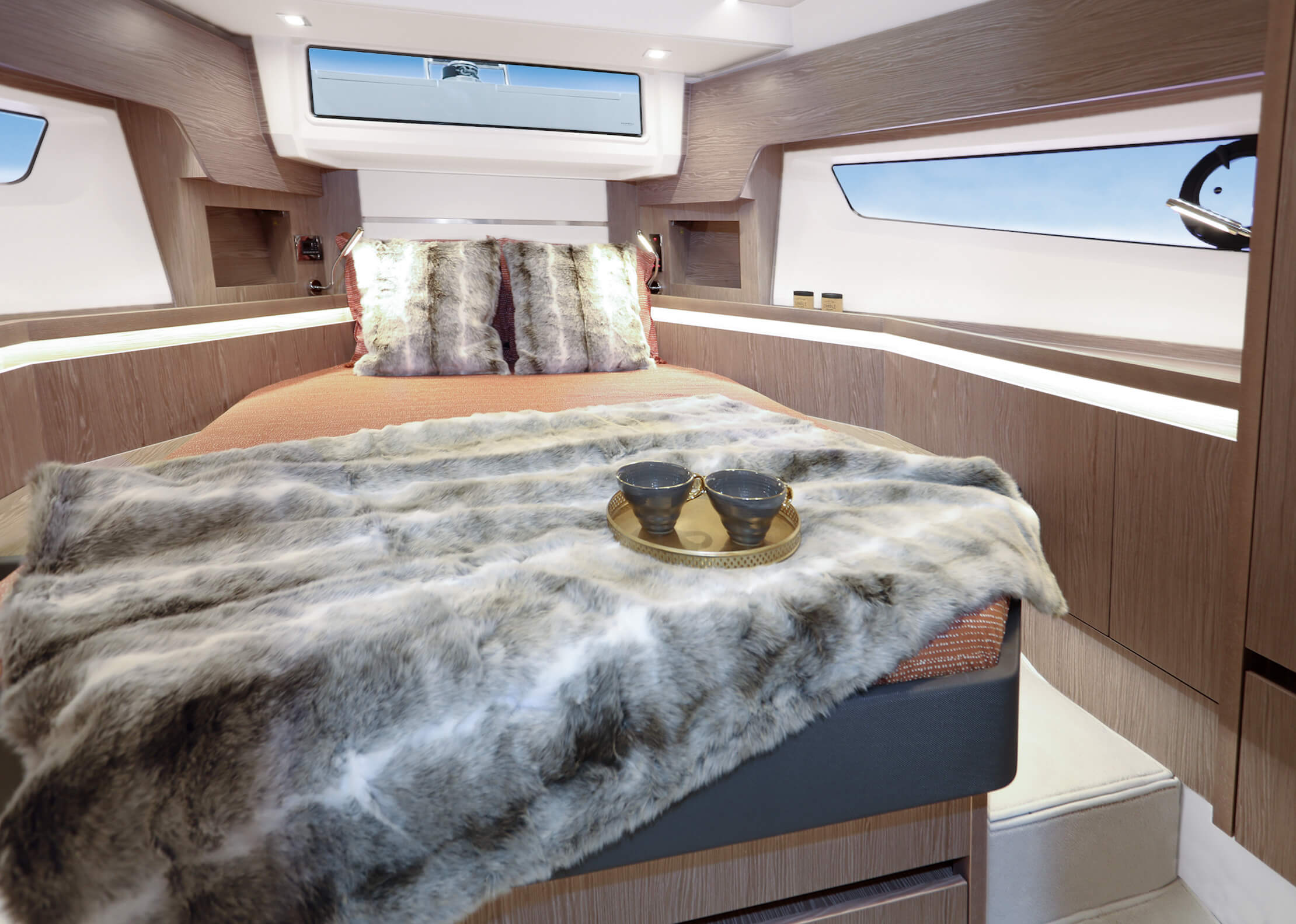 Sealine F430 Intérieur vue | VIP cabin with double berth, 2 wardrobes and sideboards with stowage and two bedside tables. 1 drawer underneath the bed. | Sealine