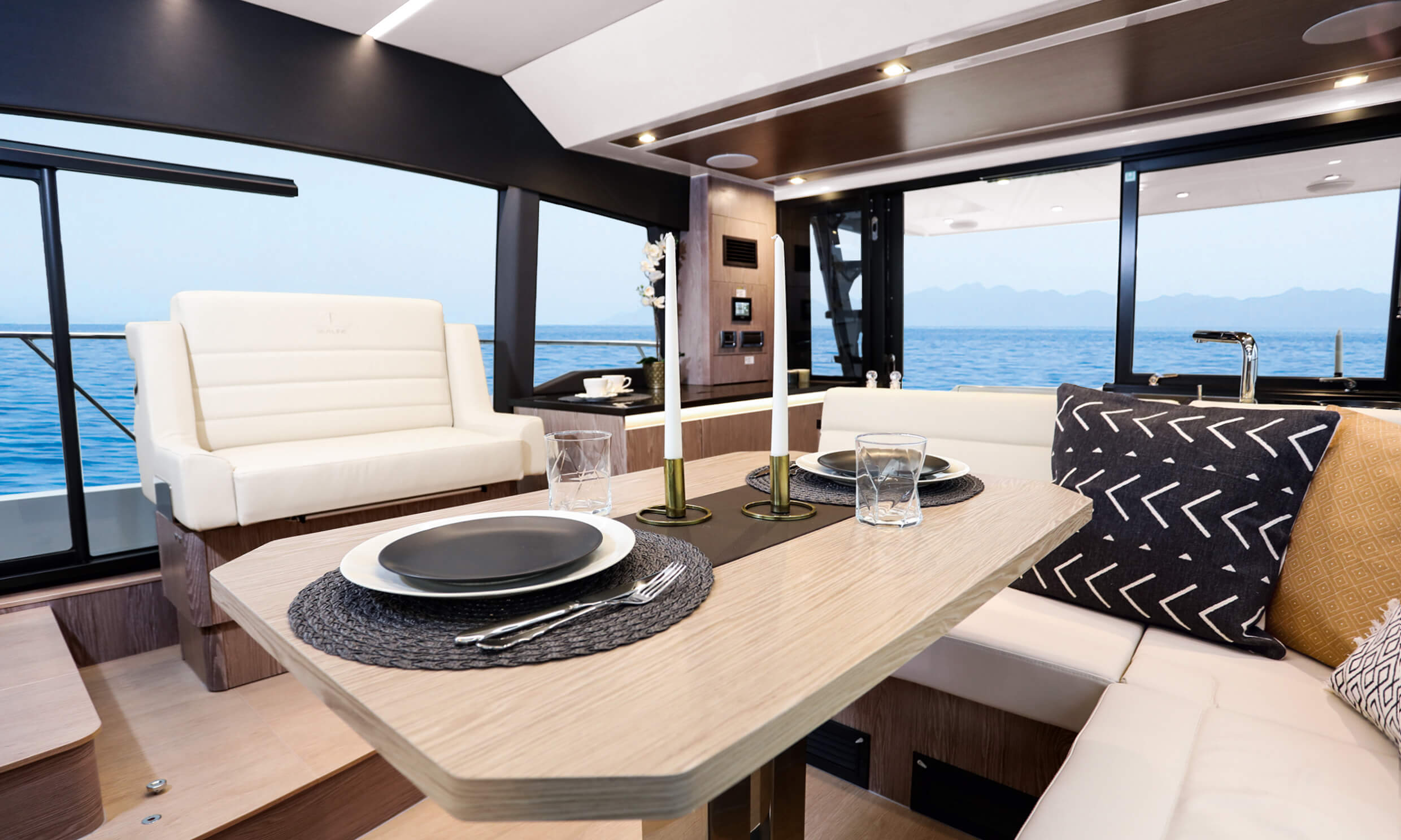 "Sealine F430 Interno vista | Saloon with ""U"" shaped sofa, pilot copilot seats 