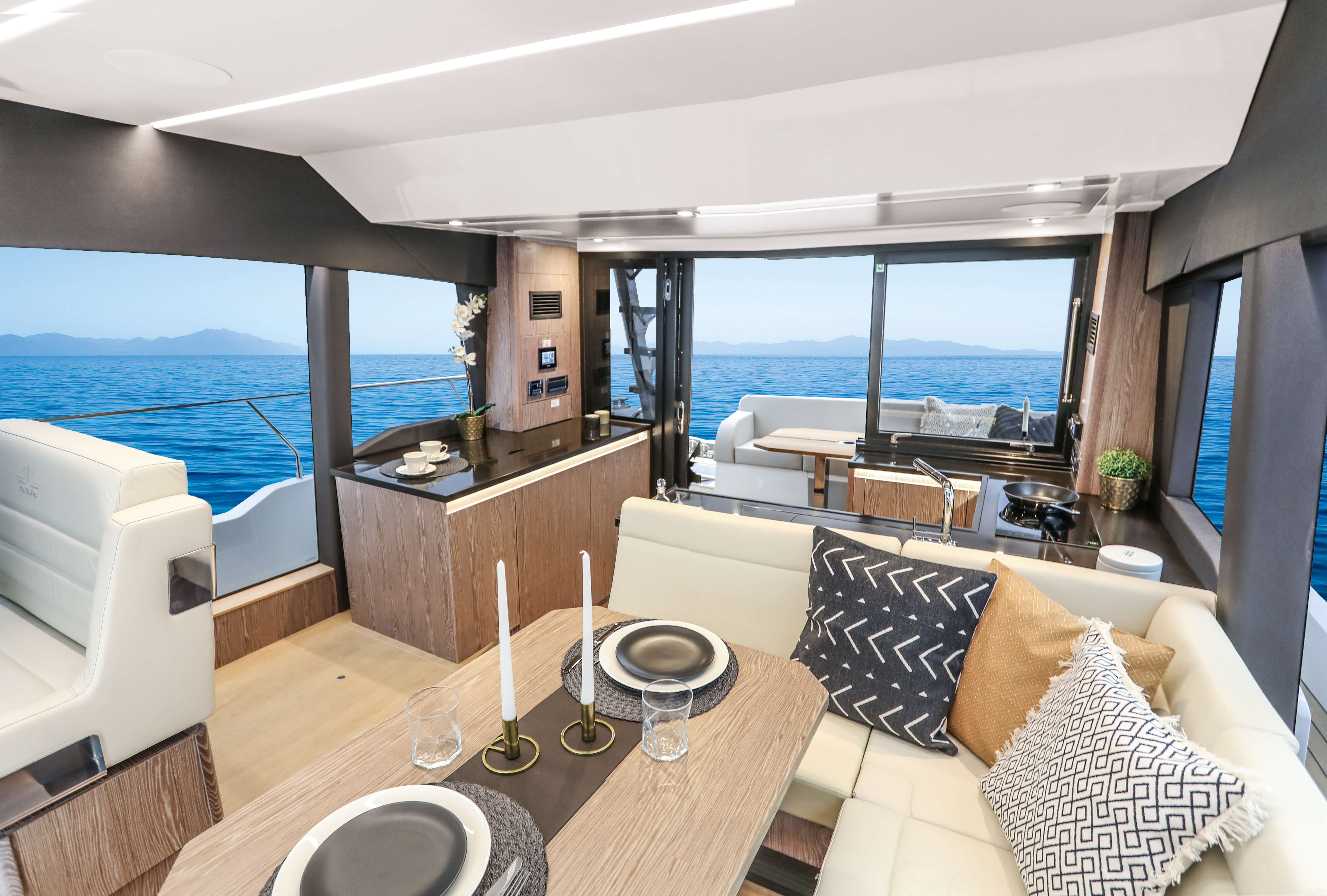 Sealine F430 Intérieur vue | galley with stowage, fridge with freezer compartment, Electric cooktop with 2-rings, Electric oven with microwave function | Sealine