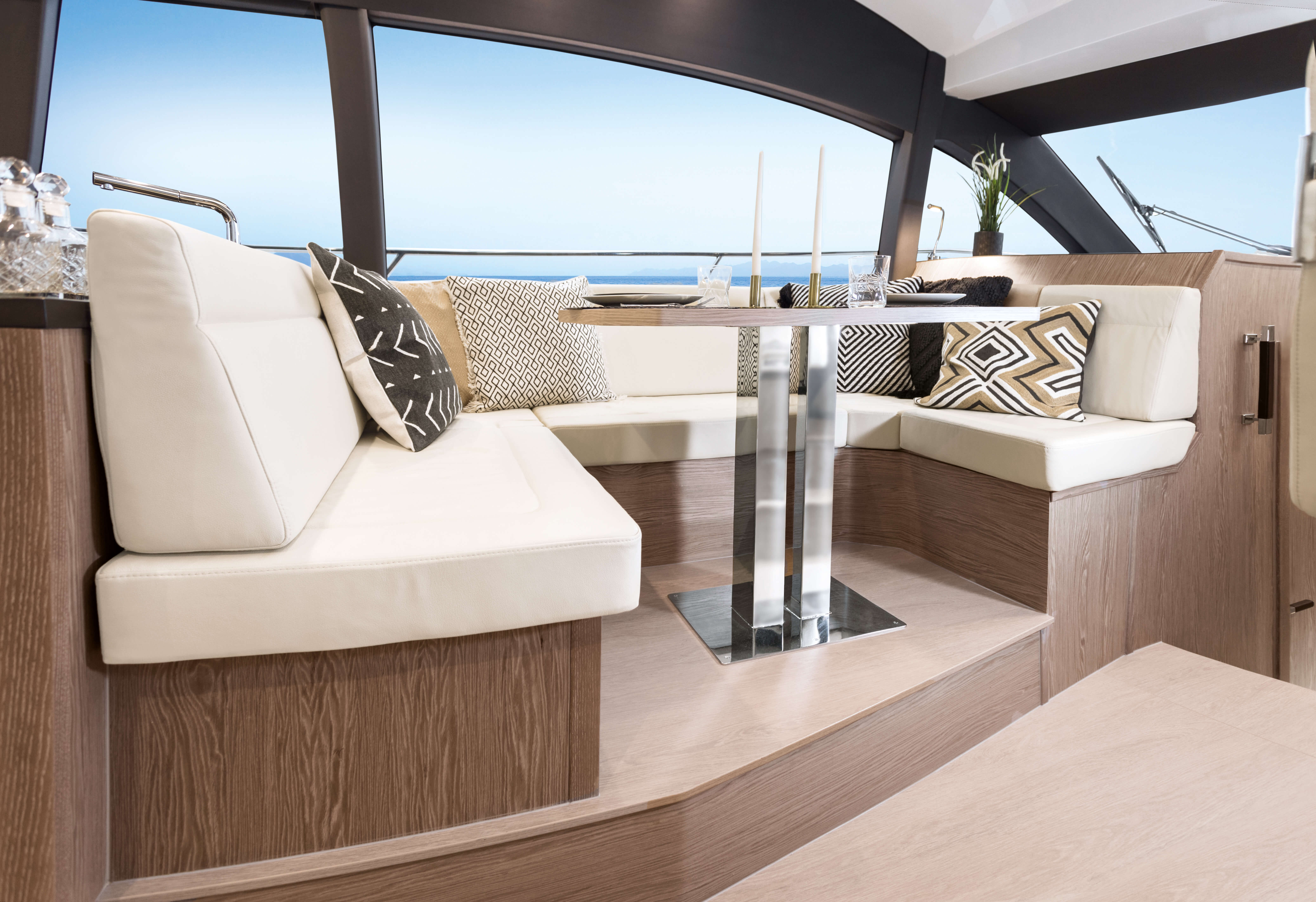"Sealine F430 Intérieur vue | Saloon with ""U"" shaped sofa | Sealine"