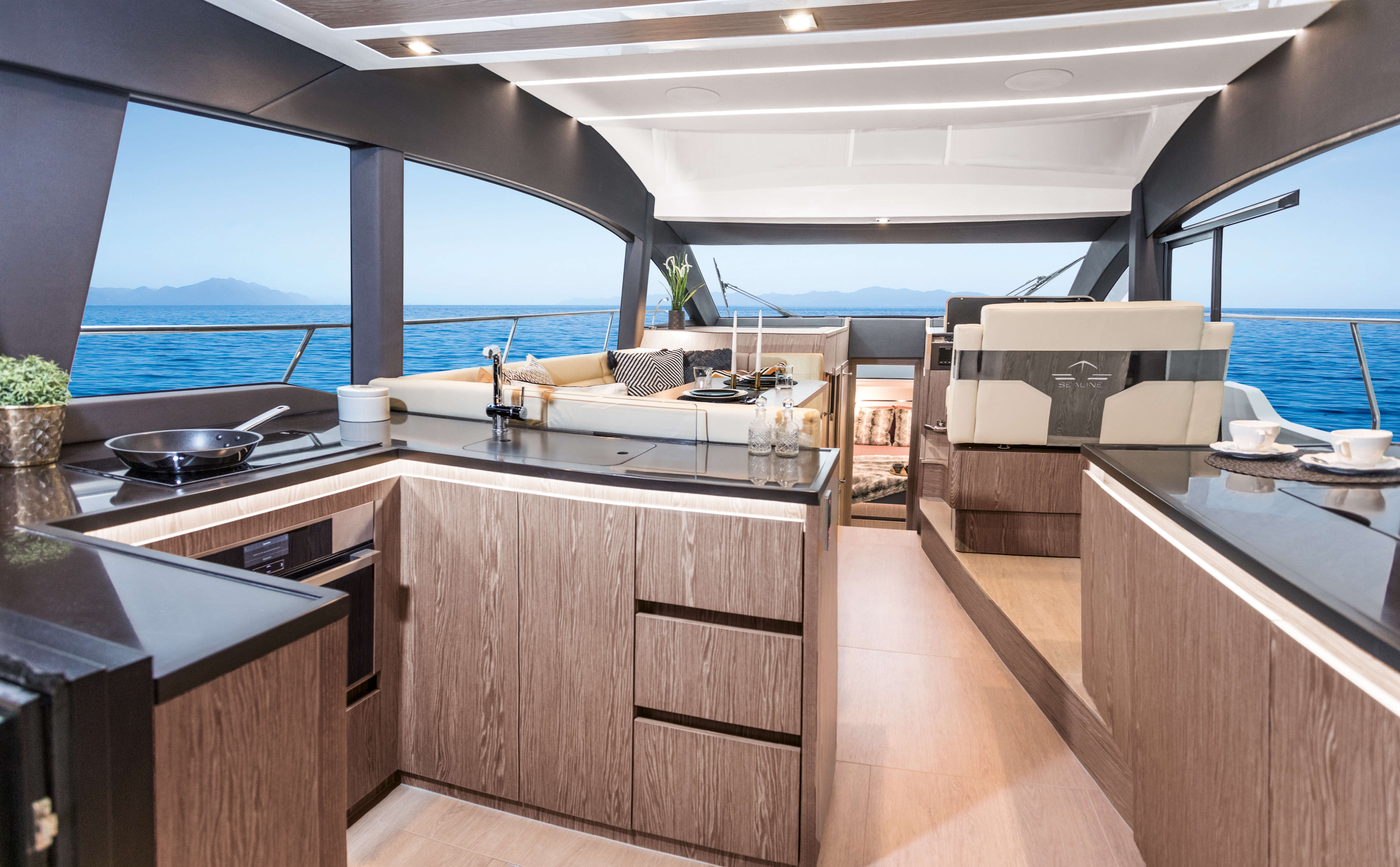 """Sealine F430 Iç mekan görünümü 