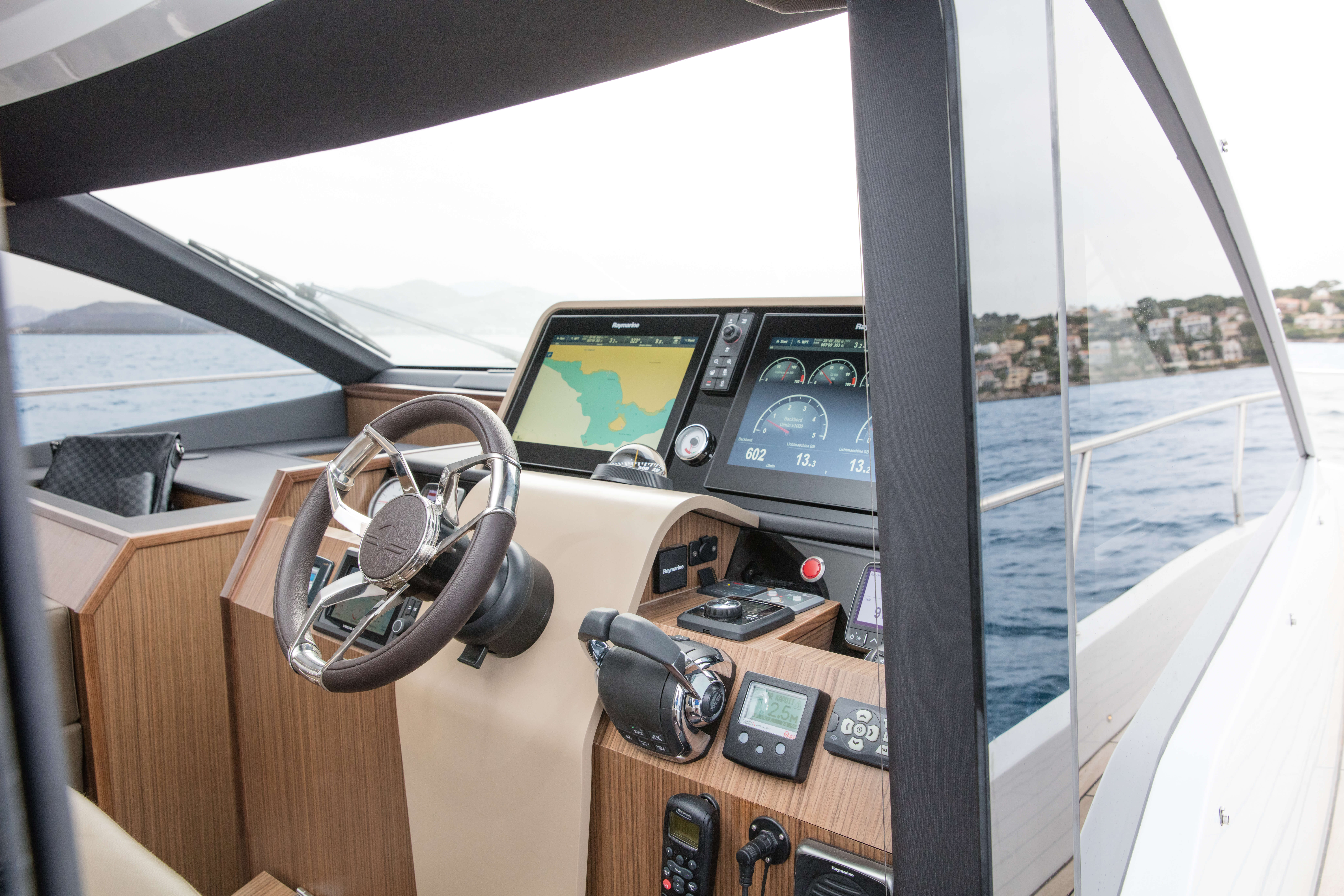 Sealine F530: Interior