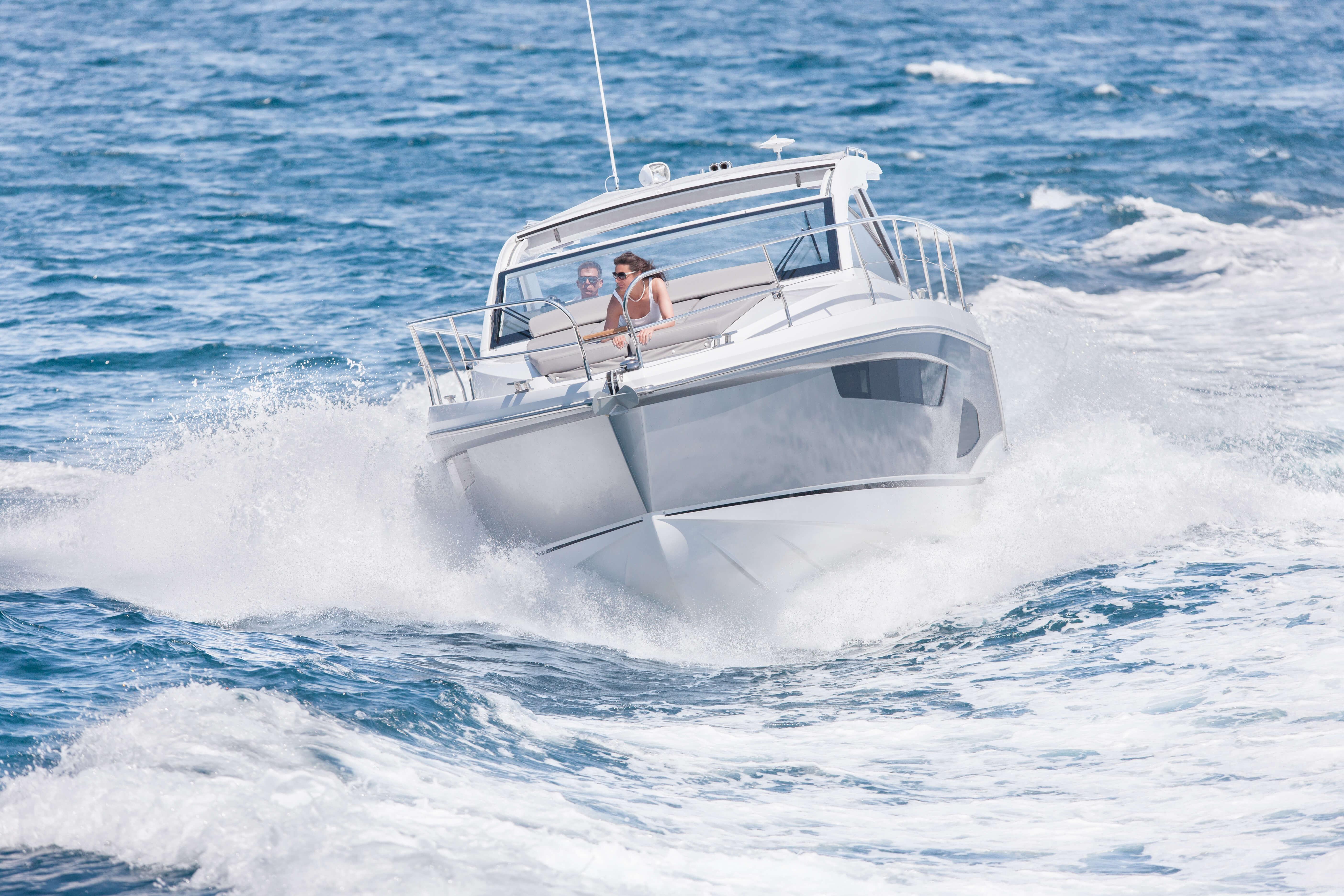 Exterior ride | bow, sun deck | Sealine