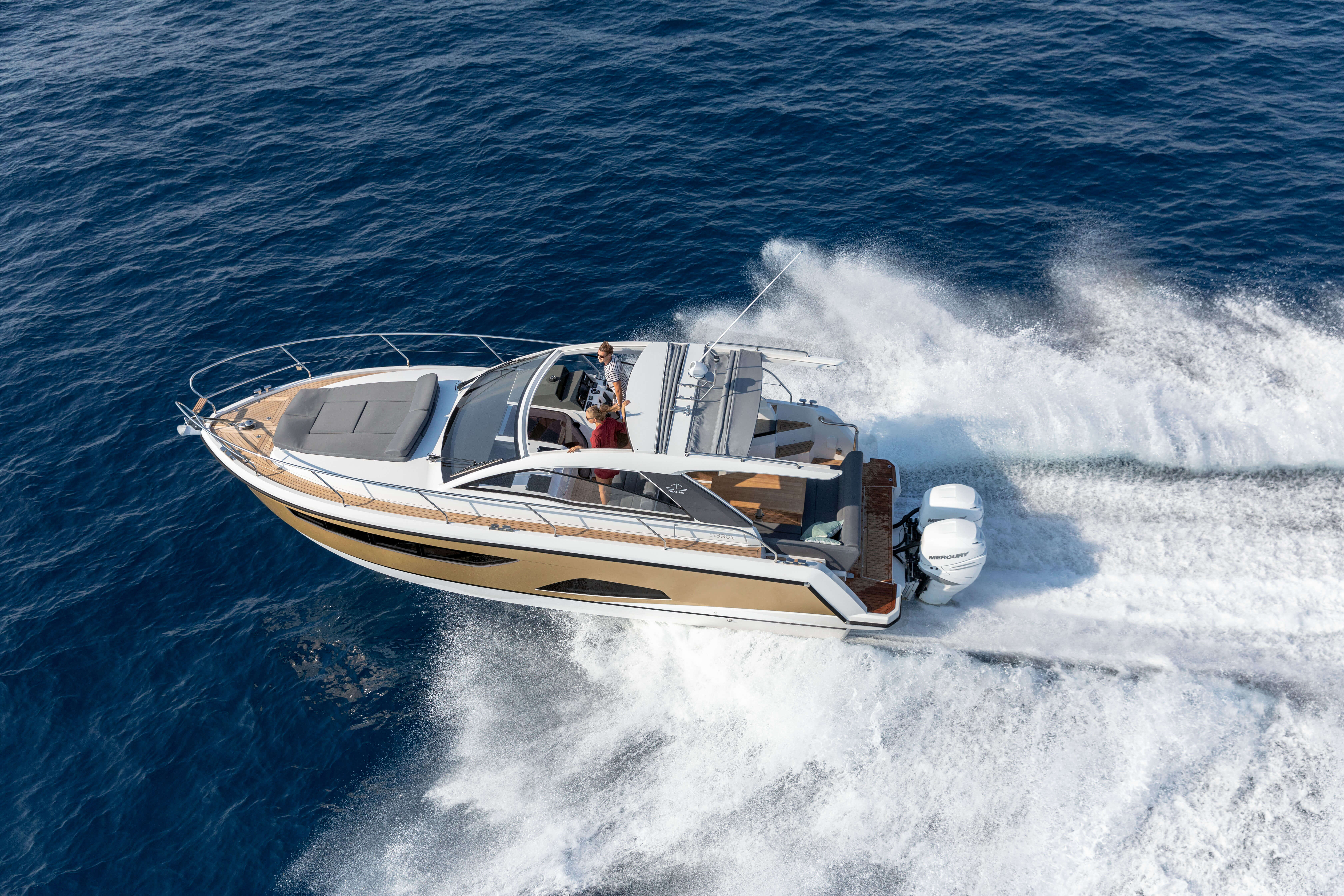 Sealine S330V extérieur | Two fun-todrive outboards make driving the C330v spontaneous and entertaining. | Sealine