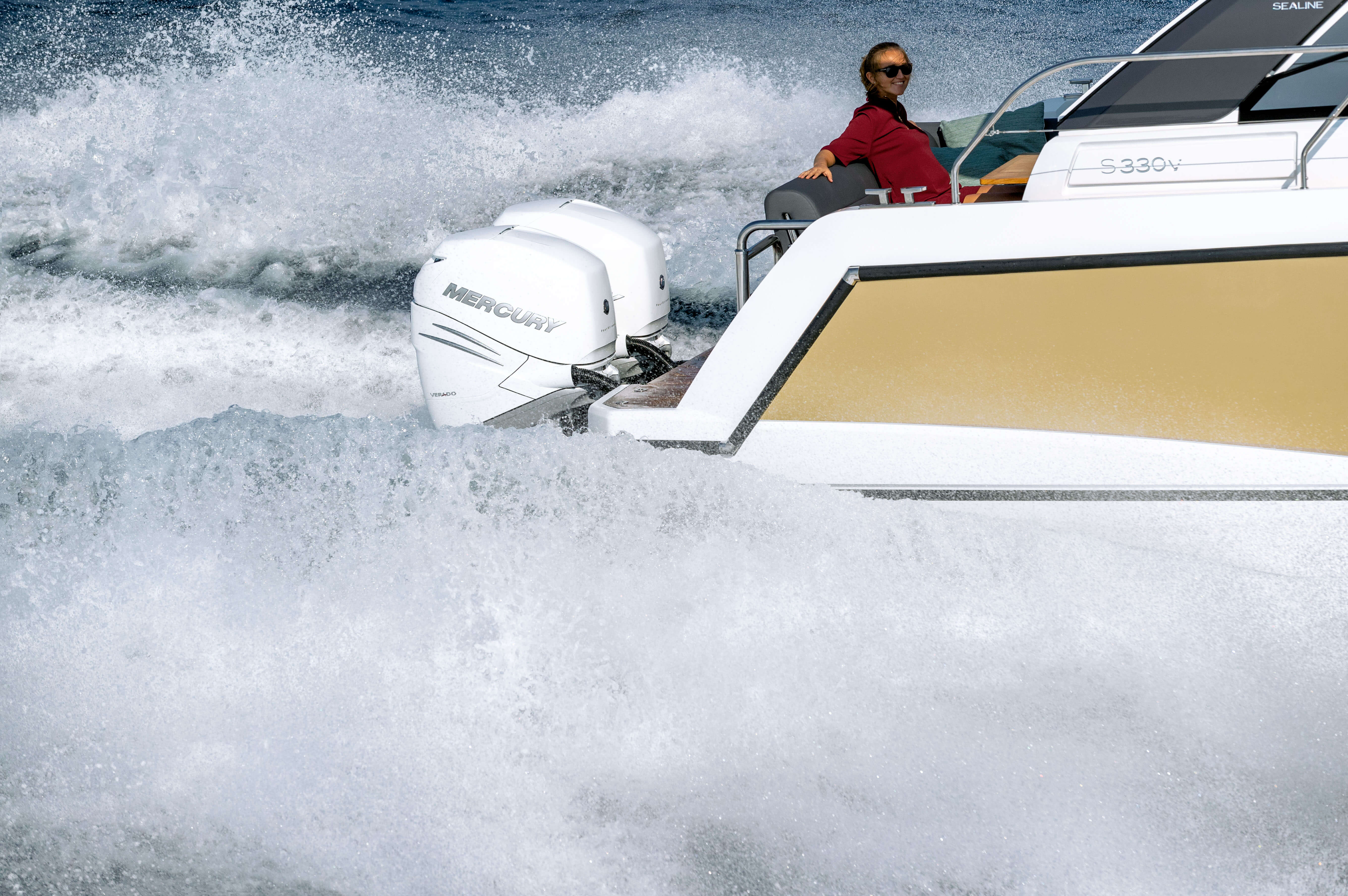 Sealine S330v exterior | The outboards' quiet operation ensures life on board to be a pleasure. | Sealine