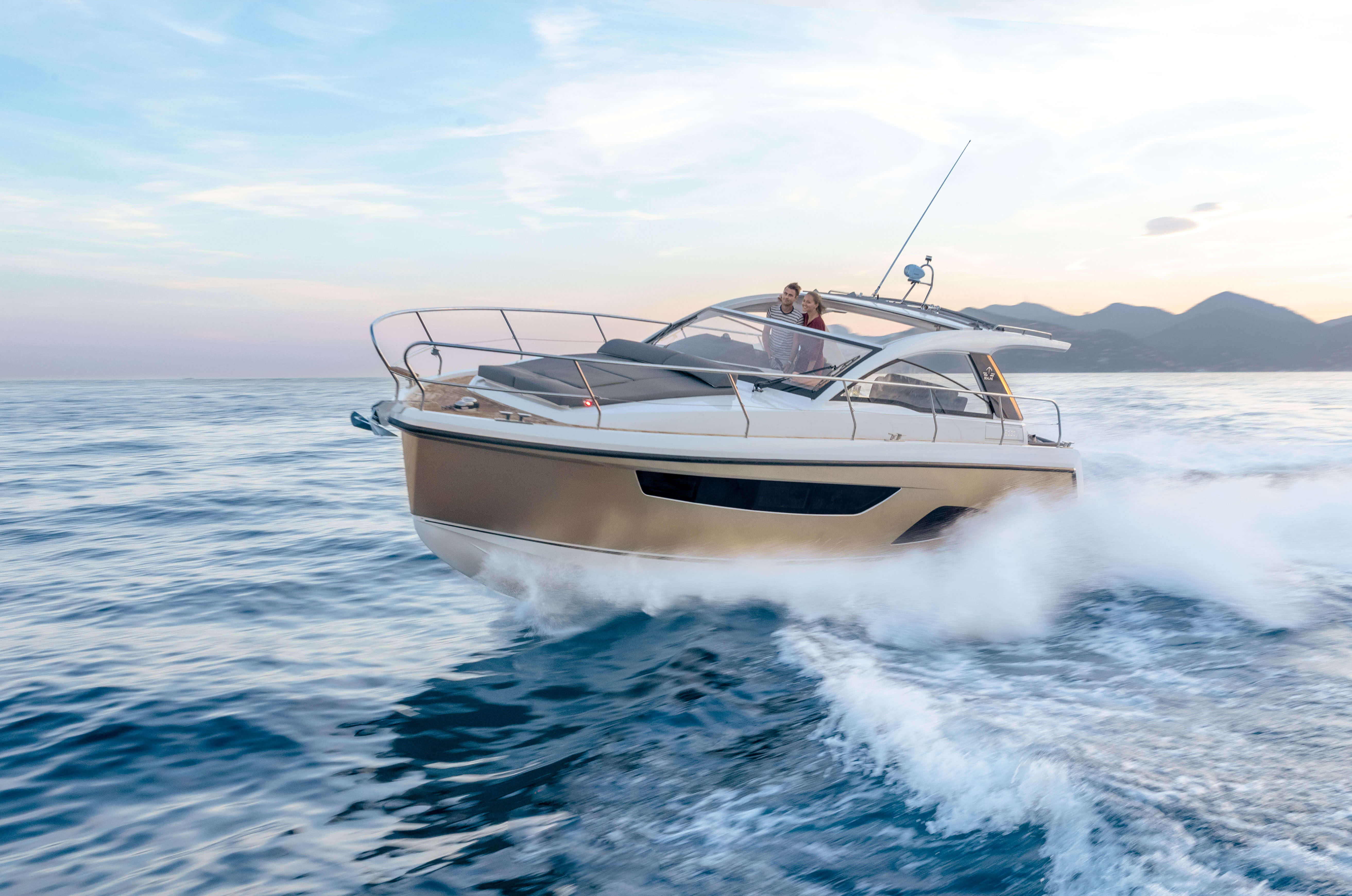 Sealine S330v exterior | The S330v is powered by 600 hp. | Sealine